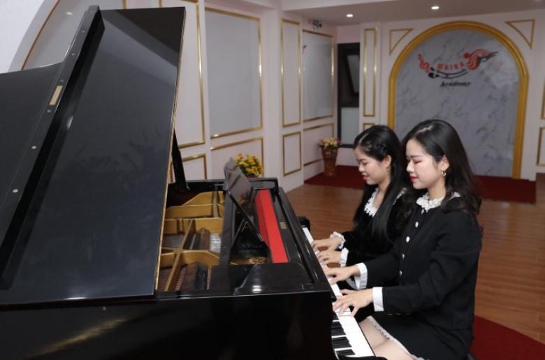 Giáo viên Thùy Linh và học sinh Hà My.