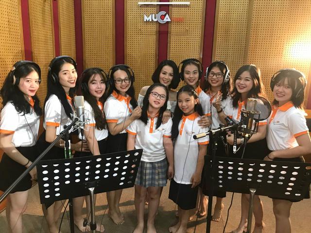 Tiến sĩ Phan Duyên cùng các học viên học viện nghệ thuật Maika thu âm bài hát