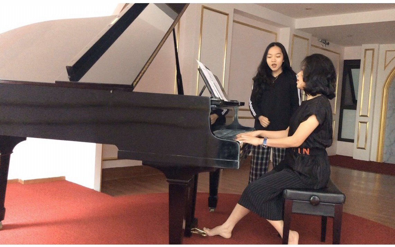 TS Phan Duyên trong một lần luyện kỹ năng âm nhạc cùng học viên